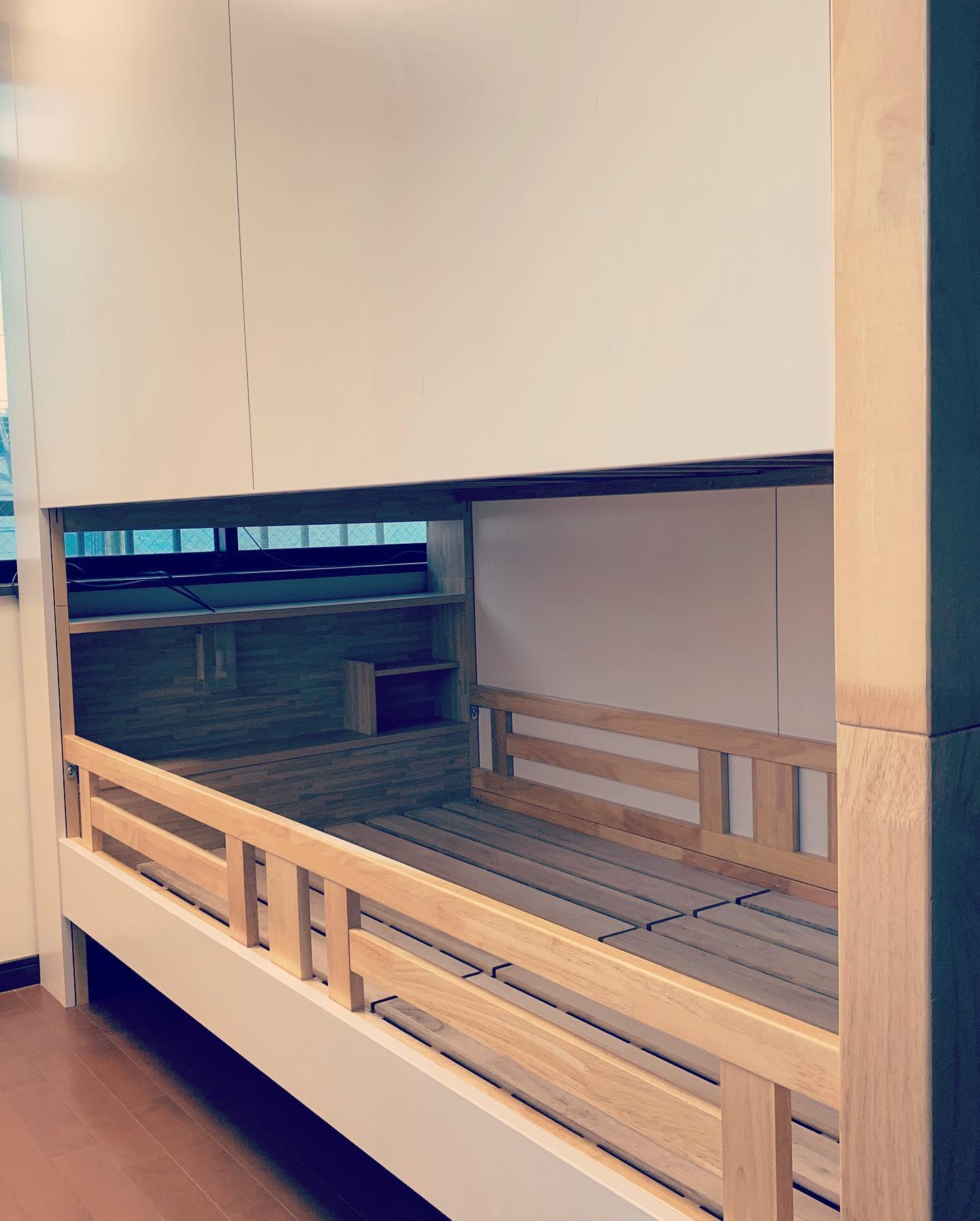 一つの部屋をシェアしていた姉妹のための間仕切り兼二段ベッド。エコとコストダウンを兼ねて、既存のベッドにパネルを張り、間仕切りしました。古いものを利用し新しい機能を加えるという試みです。#アトリエシーユー #タイニーハウス #2段ベッド #リノベーション #リユース