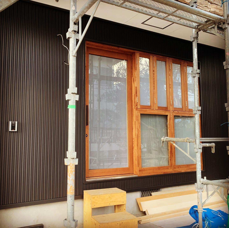 外壁張り終わり、カフェ入口周りの雰囲気が分かってきました。デッキの床を作って完成。お店は2月末オープン予定。住宅街の自宅カフェです。#アトリエシーユー #設計事務所#大田区#自宅カフェ#リノベーション